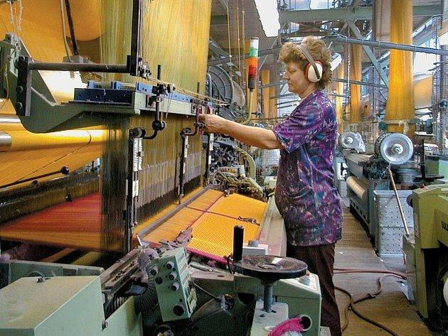 OD SLUNKA DO SLUNKA. V textilkách se pracuje kvůli náročné výrobě vůbec nejdéle. Odnášejí to ale hlavně manažeři, ve východních Čechách dělají podnikatelé denně v průměru 11 hodin.