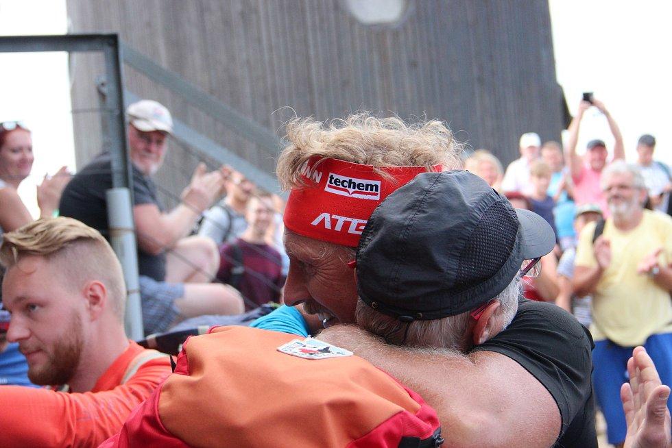 Slovenský horský nosič Vladimír Hižnay donesl na nejvyšší tuzemskou horu rekordních 165,5 kilogramu. Extrémní vynáška nákladu, kterou překonal dosavadní historické maximum, mu přitom trvala pouhé 2 hodiny a 29 minut.