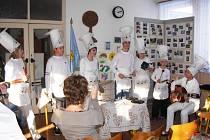 JEDNÍM Z BODŮ programu oslav byla slavnostní akademie s kulturním programem. Žáci se zdravotním postižením například předvedli vystoupení kuchyňské kapely.