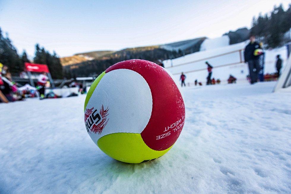 Smeče na sněhu. Pod sjezdovkou ve Svatém Petru ve Špindlerově Mlýně se hrálo v sobotu mistrovství ČR ve snowvolejbale.