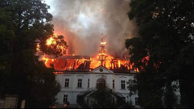 """Při srpnovém požáru zámku v Horním Maršově zasahovalo na místě 105 hasičů z dvanácti požárních jednotek. """"Zásah byl výborně organizovaný,"""" řekl přímý účastník Rudolf Janeček, velitel SDH Čistá v Krkonoších."""