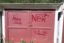 Neznámý vandal se činil hned na několika místech.