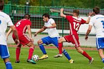 V divizi se hrálo derby Trutnov (bílomodří) - Dvůr Králové (1:3).