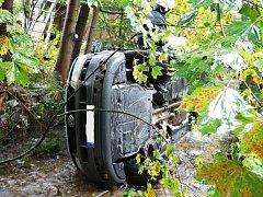 S vytažením auta musela pomoci těžká technika hasičů