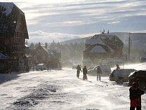 Malá Úpa má sice jen 135 trvale žijících obyvatel, ale během zimní a letní sezony se stává horským střediskem, kam zamíří ročně více než 100.000 návštěvníků. Občané i hosté si stěžují na špatné pokrytí mobilním signálem.