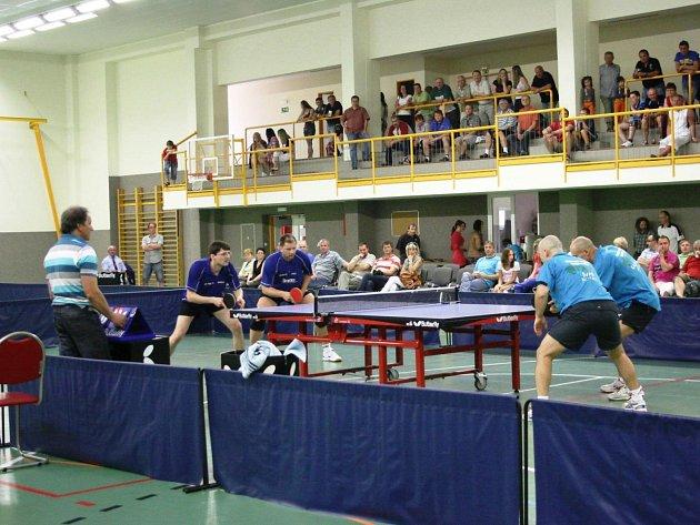 V DOMÁCÍ PROSTŘEDÍ si stolní tenisté Hostinného právem věří. Obrat o body zde dokázali i lídra tabulky z Ústí.