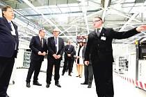 SOUČÁSTÍ OSLAV dvacátého výročí Siemensu v Trutnově bylo předevšímotevření nové výrobní haly, jejíž prohlídku si nenechal ujít ani hejtman Lubomír Franc (vlevo).