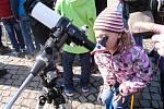 Zatmění mohli lidé sledovat na trutnovském Krakonošově náměstí