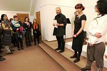 ZAHÁJENÍ VÝSTAVY Ireny Hirai (uprostřed) a Lady Krupkové Křesadlové připadlo akademickému sochaři a zastupujícímu řediteli trutnovské galerie, Štěpánu Málkovi.