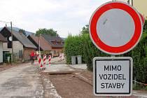 NEPROJEDOU. Jihoslovanská ulice ve Vrchlabí je další částí města, kde se od srpna musí počítat s dopravním omezením.