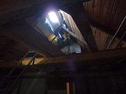 Při nahřívání lepenky chytla střecha roubenky.