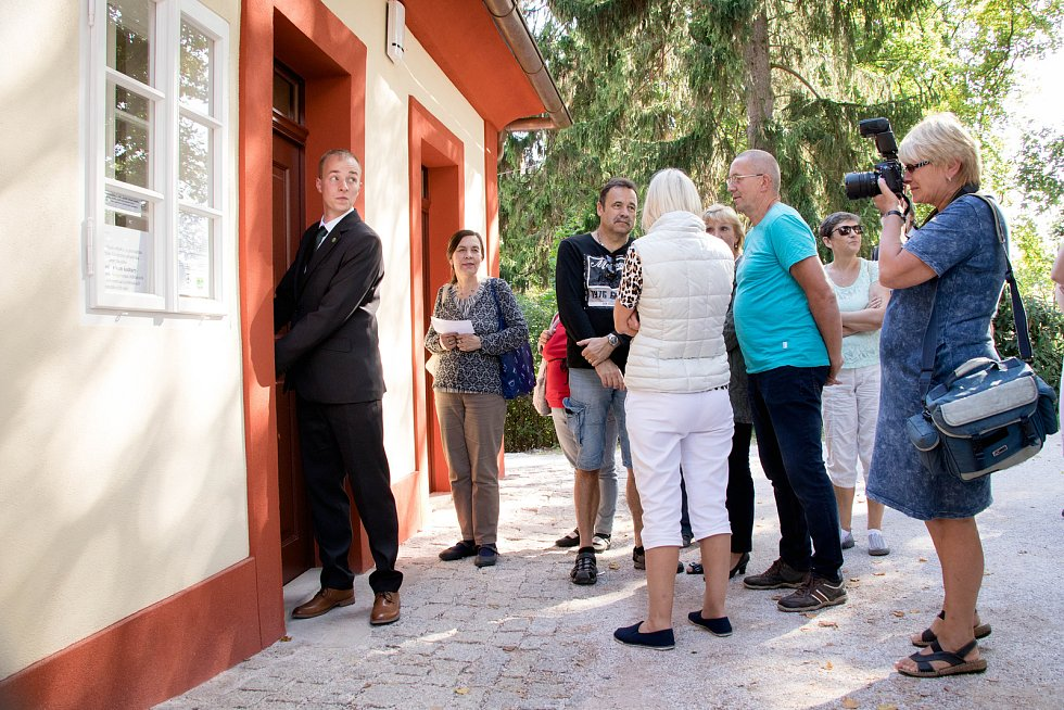 V opraveném zahradním domku jilemnického zámku byla v sobotu slavnostně otevřena nová expozice Krkonošského muzea v Jilemnici, která se týká významného objevu gotického kostela sv. Alžběty z 13. století a hraběte Harracha.