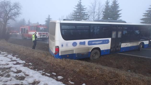 Po srážce aut u Výšinky zapadl i autobus.