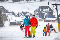 První lyžování nabídl zájemcům o víkendu Ski areál Malá Úpa na sjezdovce Pomezky.