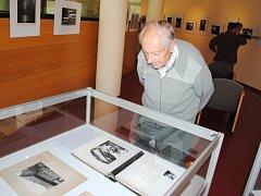 NÁVŠTĚVNÍK VERNISÁŽE výstavy v okresním archivu Dušan Pittich si se zájmem prohlédl také kroniku semilského fotoklubu.