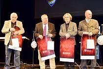 Byl zvyklý na potřásání rukou, teď si Stránský (druhý zleva) převzal cenu od prvního muže českého fotbalu