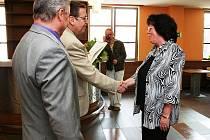 ZAKLADATELKA KRÁLOVÉDVORSKÉ ARNIKY Jana Štěpánová převzala od hejtmana Lubomíra France Cenu za práci ve prospěch osob se zdravotním postižením. Dlouhodobě pomáhá klientům Domova sv. Josefa v Žirči.