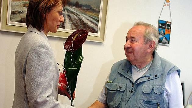 VÁCLAV KAŠPAROVSKÝ si vloni ocenění v Praze nemohl převzít, tak ho dostal později na úpické radnici z rukou starostky Iljany Beránkové, která na slavnostní shromáždění do Staroměstské radnice míří dnes.