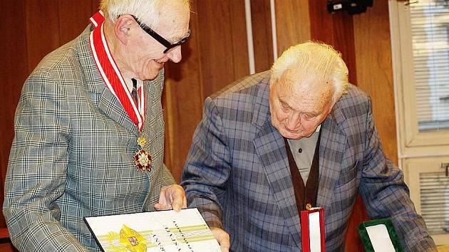 ŘÁD BÍLÉHO LVA vojenské třídy přinesl ukázat do Klubu seniorů Jan Plovajko. Dostal ho od Václava Klause v říjnu.