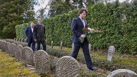 Představitelé Trutnova připomněli na městském hřbitově výročí konce druhé světové války.