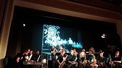 Zatímco na plátně v Kulturním domě Střelnice běžel film o filmu Hoří, má panenko a zrovna v něm hrála plesová kapela, pódium patřilo Big bandu ZUŠ Karla Halíře ve Vrchlabí a jejich rytmickým melodiím.