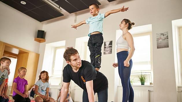 Špičkoví akrobati z Austrálie pilují v Trutnově vlastní představení a ještě k tomu učí