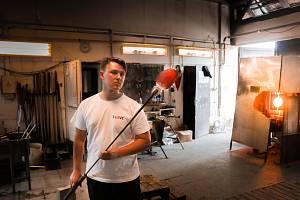 Vojtěch Hepnar studuje první ročník Fakulty umění a designu na Univerzitě Jana Evangelisty Purkyně v Ústí nad Labem v ateliéru skla. Vystavoval v galeriích v Paříži, Bruselu nebo Mnichově.