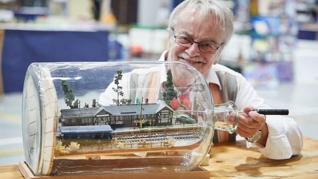 Hubert Gehlert ze Saského Plavna v Německu se modelařině v láhvích věnuje od roku 2000. Nyní vystavuje v Trutnově.