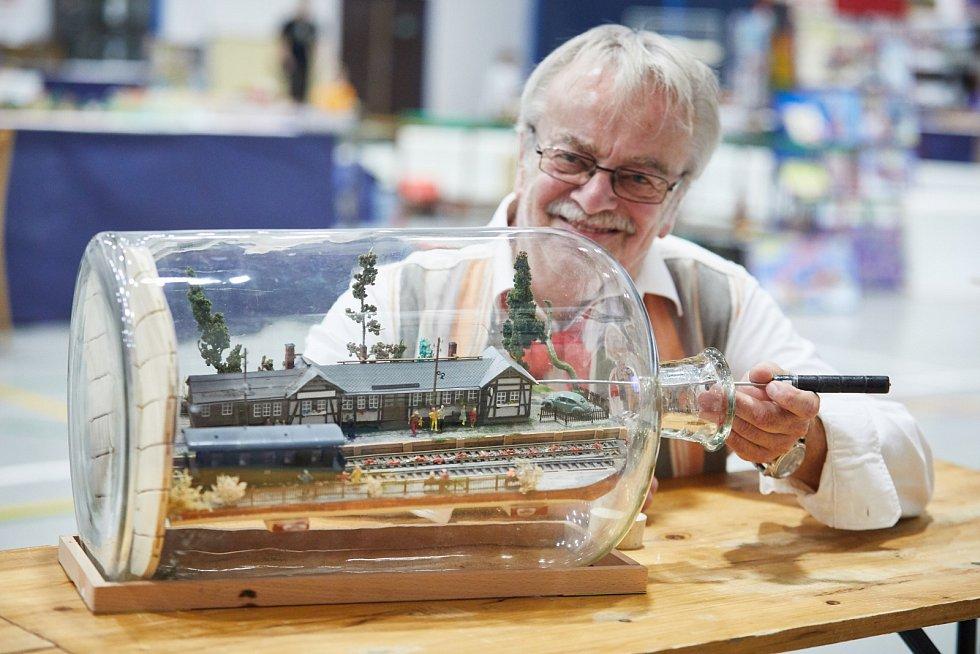 Při loňské výstavě trutnovského Klubu železničních modelářů upoutal exponát nádraží v láhvi od Huberta Gehlerta ze Saského Plavna v Německu.