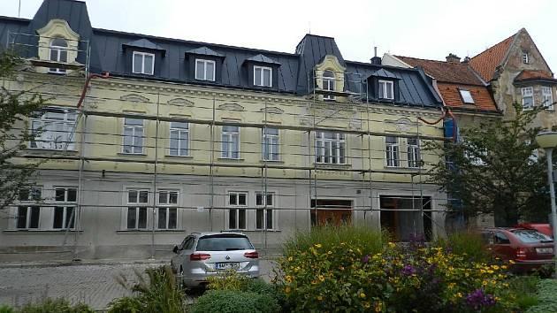 Vrchlabí opravilo památkově chráněný dům zakladatele automobilového průmyslu na Kozím plácku. Uvnitř vzniknou byty a kanceláře.