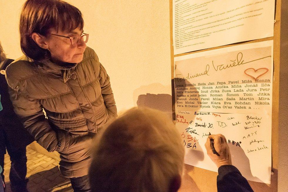 Lidé se sešli v neděli večer u trutnovského pivovaru pod nápisem Ferdinand Vaněk. První polistopadový prezident v  pivovaru za normalizace pracoval.