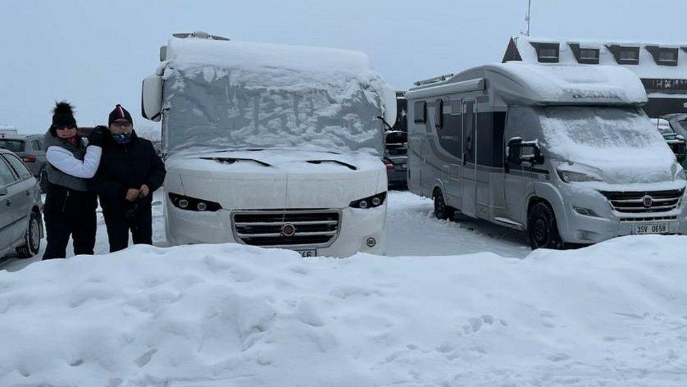 Manželé Čapkovi vyrážejí se svým obytným vozem často na cesty. Uplynulý víkend strávili v krkonošské Malé Úpě.