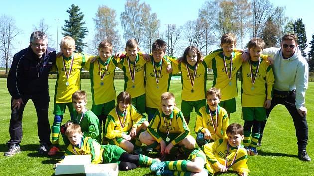 REPREZENTACE OFS SEMILY byla na lomnickém stadionu úspěšná. Parta jedenáctiletých fotbalistů dokonce dokázala čtvrtý turnaj sezony vyhrát a na krk si tak pověsila zlaté medaile.
