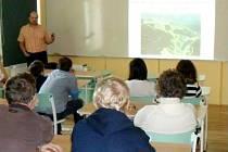 DEVÁŤÁKY Základní školy Mladé Buky zaujala diskuze s odborníkem o budoucnosti energetiky u nás i ve světě.