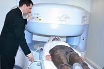 Přístroj, který byl včera představen v trutnovské nemocnici, pomůže snáze vyšetřit nejen například klaustrofobické pacienty, ale také mnohdy vyděšené děti.