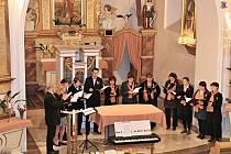 V kostele zpívali českou i slovenskou hymnu.