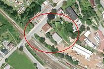 NOVÁ ZA STAROU. Prosklená budova za obecním úřadem (šedá), aktuálně sloužící ke komerčním účelům, už během letošního roku padne. Napřesrok má na jejím místě vyrůst nová montovaná hala, kde vznikne technické zázemí pro pracovníky obce.