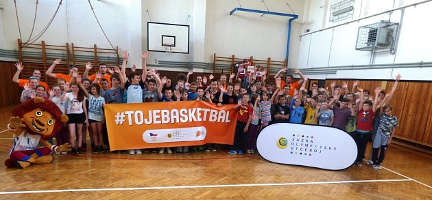 MÍSTO UČENÍ BASKETBAL. Žáci třemešenské základní školy dostali odměnu za úspěch vsoutěži, která do jejich tělocvičny přivedla osobnosti sportu, který se hraje pod bezednými koši.