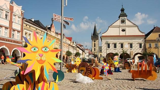 DVORSKÉ NÁMĚSTÍ bude ještě do neděle hýřit všemi barvami. Takovou fantazii projevily děti z více než dvou desítek českých a polských měst při tvorbě sedmdesátky lvů do smečky.