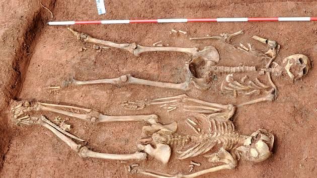 KOSTRY POPRAVENÝCH německých občanů Rudníku z roku 1945 odkryl při archeologickém výzkumu v roce 2014 archeolog Ondřej Tůma z Muzea Podkrkonoší v Trutnově.