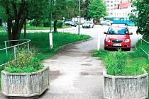 MOST NA HRUBÁ LUKA je ve špatném technickém stavu. Objevily se na něm betonové květináče, které mají zabránit jízdě vozidel. Kovová část lávky je silně zrezivělá.