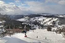 Dospělá lyžařka srazila ve čtvrtek kolem 11. hodiny na sjezdovce v Benecku osmiletou dívku, která tam byla lyžovat se svým otcem a před nehodou stála zhruba uprostřed sjezdovky.
