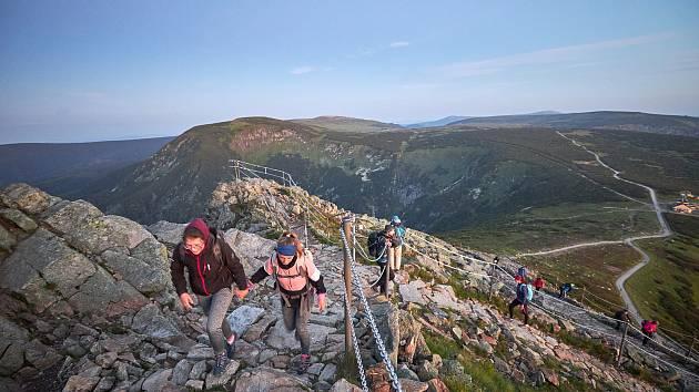 Polský Krkonošský národní park zakázal sestup ze Sněžky řetězovou cestou. Turisté po ní mohou jít ve směru od Slezského domu jen na vrchol. Zákaz platí do 31. srpna.