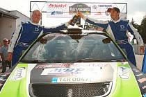 Vítězná posádka 3. Rally Krkonoše - Pavel Valoušek (vpravo) a Zdeněk Hrůza s vozem Mitsubishi Lancer Evo IX.