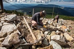 Oprava cesty mezi Růžovou horou a Sněžkou. Po více než dvaceti letech dochází k úpravě frekventované stezky na naši nejvyšší horu.