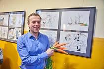 Jiří Grus zahájil V Dračí uličce výstavu série svých vtipů.