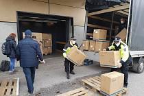 Do Trutnova dorazila dodávka 50 tisíc kusů samoodběrových testů na covid-19. Ty jsou určeny obcím, organizacím a firmám v Trutnově a v jeho blízkém okolí.