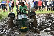 Traktoriáda ve Vítězné přinesla divácky atraktivní jízdu bahnem.