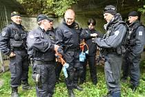 ŠTOLU I POLYGON, obojí museli policisté absolvovat v absolutní tmě. Teprve potom si mohli prostory prohlédnout za světla.