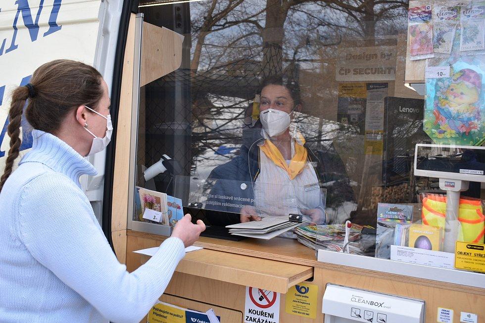 Do patnácti obcí na uzavřeném Trutnovsku začala jezdit tento týden Mobilní pošta. V pátek dorazila i do Horní Kalné.